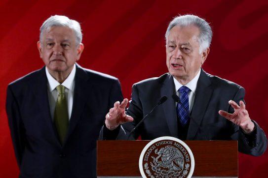 """Bartlett señala a Calderón y exfuncionarios de """"desmantelar"""" CFE"""