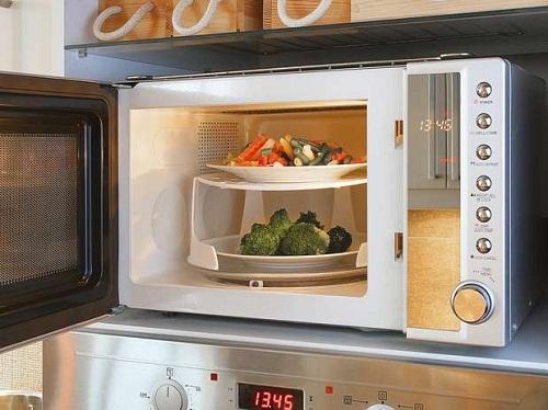 Calentar alimentos en el microondas no elimina nutrientes: estudio